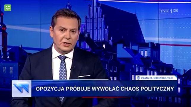 """""""Wiadomości"""" TVP 11 maja 2020. Na zdjęciu Michał Adamczyk"""