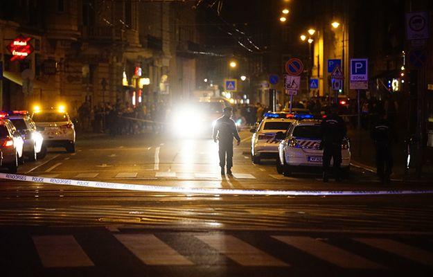 Funkcjonariusz policji zabezpiecza strefę, w której doszło do eksplozji