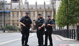Uzbrojeni policjanci przed siedzibą brytyjskiego parlamentu