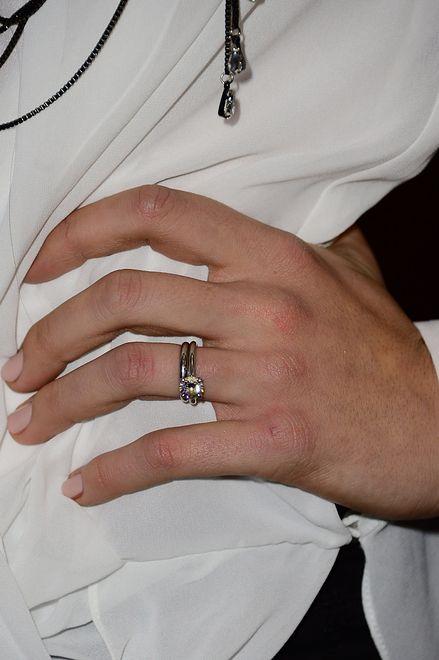 Znalazła pierścionek zaręczynowy w szafce. Wyśmiała jego rozmiar w internecie