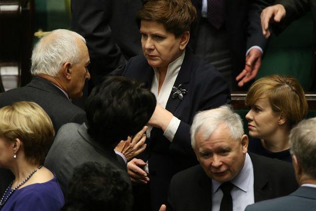 Sondaż CBOS: PiS wciąż na prowadzeniu, tylko 4 partie w Sejmie