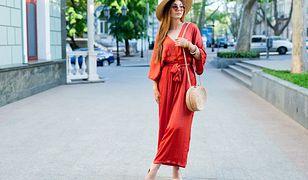 Sukienka jak szlafrok. Ma zniewalający dekolt i pięknie podkreśla talię