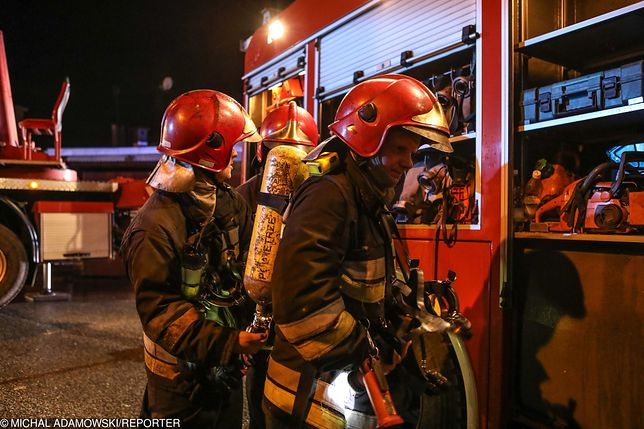 Bezdomny spowodował pożar przy szpitalu. Potem patrzył jak straż gasi pożar