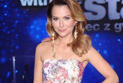Paulina Sykut-Jeżyna pozuje w krótkiej sukience. Kreacja w połączeniu z botkami tworzy gustowną stylizację na jesień