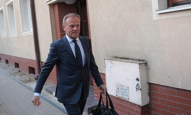 Donald Tusk przed swoim domem w Sopocie, przed wyjazdem do Warszawy