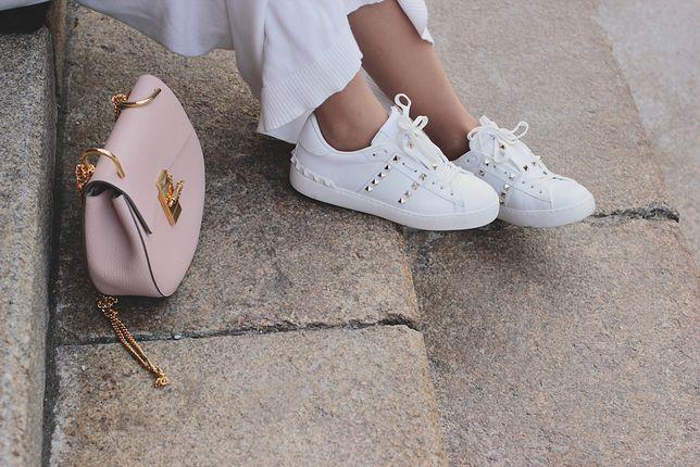 Sneakersy z błyszczącymi ćwiekami mogą być dobrym uzupełnieniem eleganckiej stylizacji