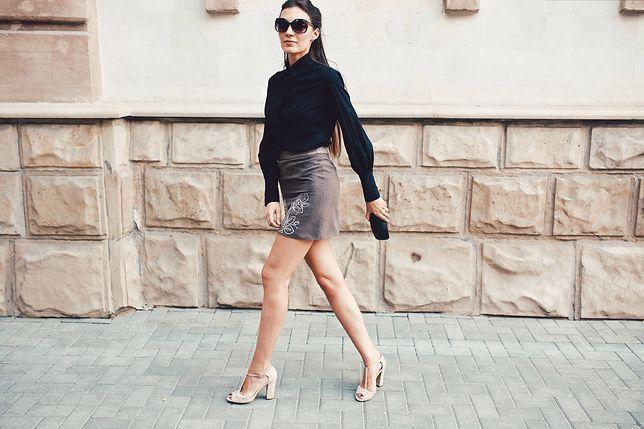 Czarna koszula dla niej – miejska elegancja