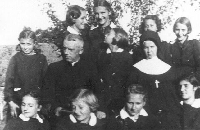 Nazarethfamily.org/Bł. S. Stella Mardosewicz z uczennicami szkoły w Nowogródku
