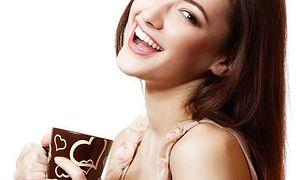 Kolor kubka może wpłynąć na smak podawanej w nim czekolady?
