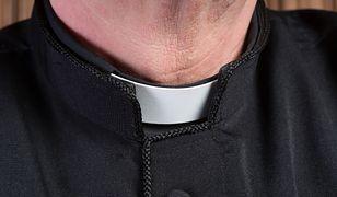 """Ile faktycznie zarabia kapelan w szpitalu? Kuria odpiera zarzuty ws. """"ordynatorskich pensji"""" księży"""