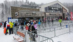 Kolejka do kasy biletowej stacji narciarskiej w Szczyrku