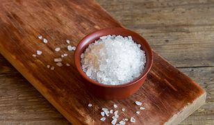 Umyjesz nią włosy i pozbędziesz się bólu. 5 niezwykłych zastosowań soli angielskiej