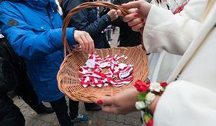 """Mazowsze. Trwają przygotowania do Święta Niepodległości. 11 listopada na ulicach będą rozdawane kotyliony oraz ciastka """"marcelinki"""""""