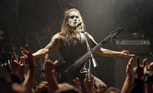 Adam 'Nergal' Darski podczas jednego z koncertów grupy Behemoth