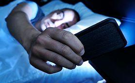Używanie smartfona przed snem szkodzi bardziej niż oglądanie TV