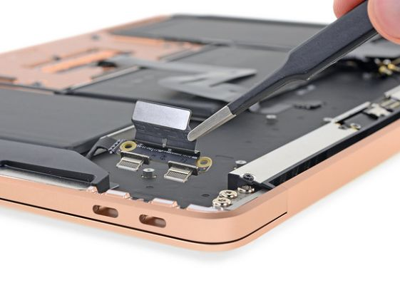 MacBook Air 2018: złącza. (źródło: ifixit.com)