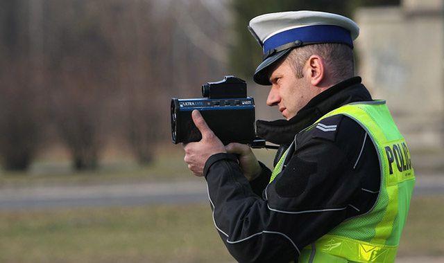 Policja odbiera prawka, ale kierowcy jeżdżą szybciej
