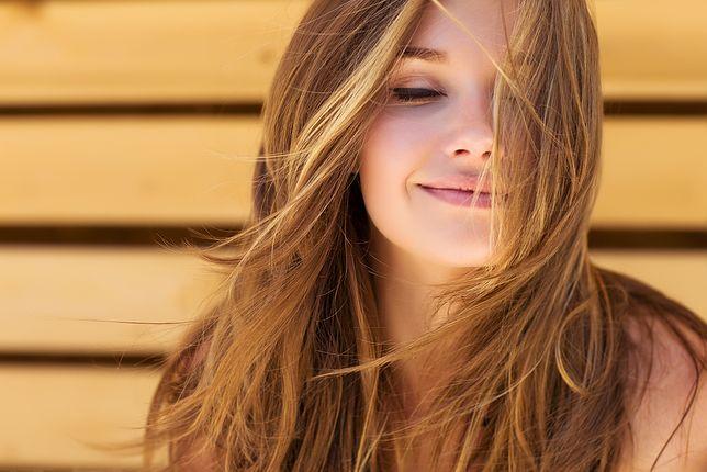 Włosy cienkie wymagają nawilżenia i odżywienia.