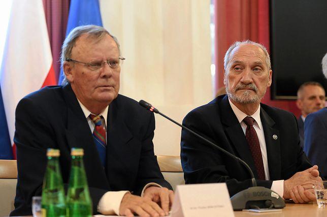 Wacław Berczyński i szef MON Antoni Macierewicz.