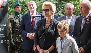 Joanna Racewicz z synem podczas uroczystości odsłonięcia popiersia kpt. Pawła Janeczka w Ossowie
