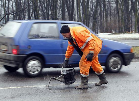 Zima dobiła drogi - urzędy zasypane skargami