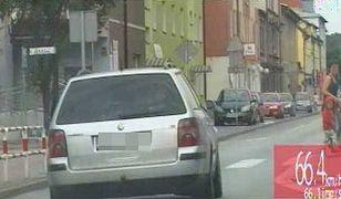 Pijany kierowca uciekał przed policją przez centrum miasta. O włos minął dziecko