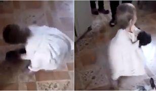 Dziewczynka rzuca królikami o podłogę