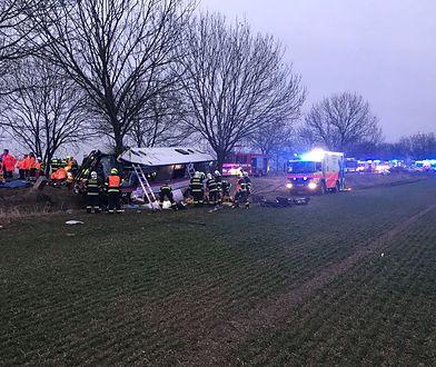 Ośmiu pasażerów autobusu wciąż może być uwięzionych w pojeździe