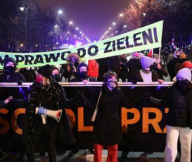 """Strajk Kobiet. """"Spacer dla przyszłości"""" przerwany. Protestujący w policyjnym kotle"""