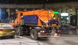 Zima nie zaskoczyła drogowców. Posypywarki na ulicach Warszawy