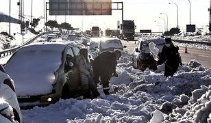"""Pogoda w Hiszpanii to """"ewidentna anomalia"""". Madryt walczy ze skutkami śnieżycy"""