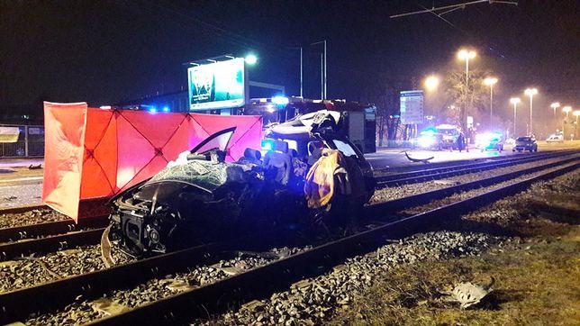 Audi po zderzeniu wpadło na torowisko tramwajowe.