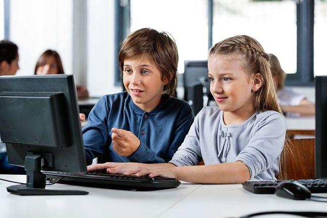 Z badania NASK – Nastolatki 3.0 wynika, że co dwunasty nastolatek spędza w sieci aż osiem i więcej godzin dziennie