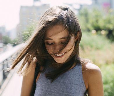 Peeling skóry głowy pozwala na pobudzenie krążenia.