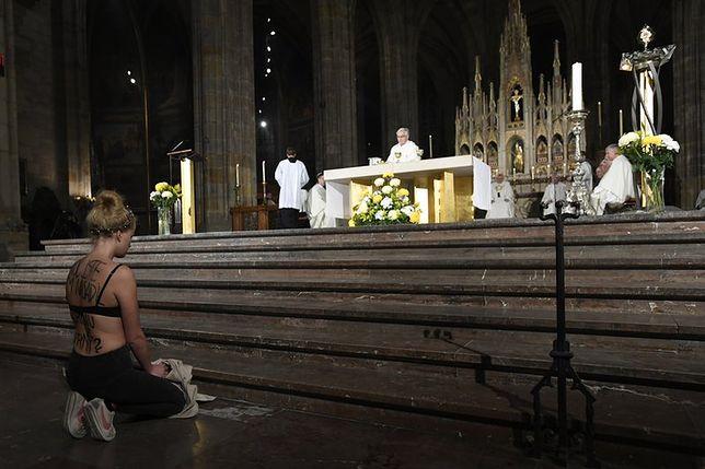 Dziewczyna w staniku i z koroną cierniową uklękła w czeskim kościele. Miała powód