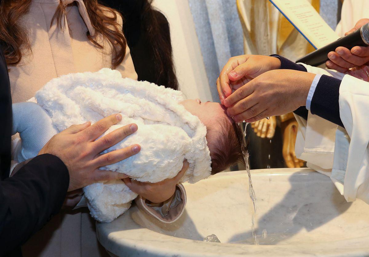 """""""Dziecko ma obowiązek być ochrzczone"""". Gdy sakrament staje się przyczyną rozłamu w rodzinie"""