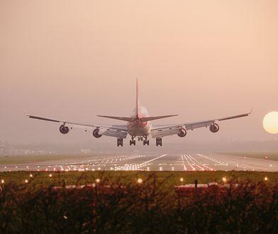 """Weszli do samolotu """"zdrowi"""", wysiedli z koronawirusem. 52 pasażerów pozytywnych"""