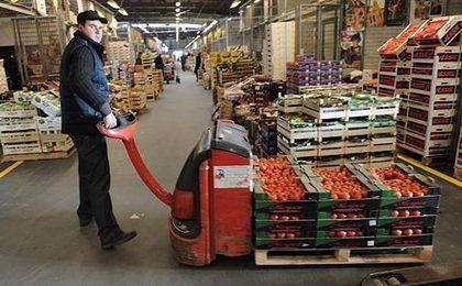 """Racjonowane warzywa w Wielkiej Brytanii, drożyzna w Polsce. """"Musimy przetrwać luty"""""""