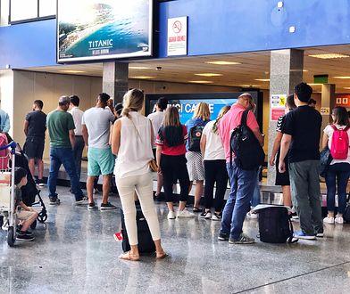 """""""Pasażerowie koczują na lotnisku od 8:45 i nie widać końca. Wszyscy jesteśmy bezradni!"""" - przekazał z WP jeden czytelników"""