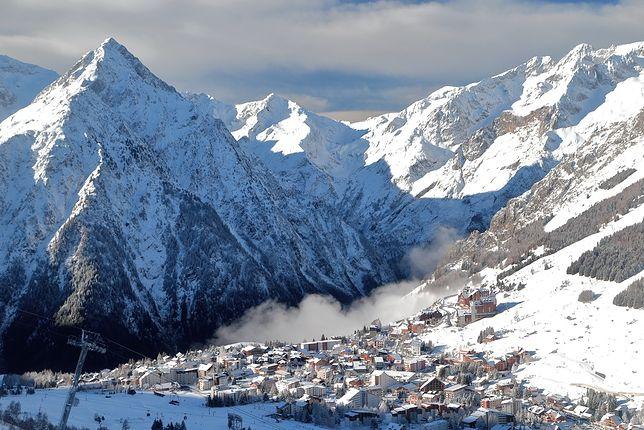 Miasteczko położone jest na wysokości od 1650 m n.p.m. do 1800 m n.p.m. Dzięki temu trasy w Les Deux Alpes otwarte są nawet w lipcu i sierpniu.