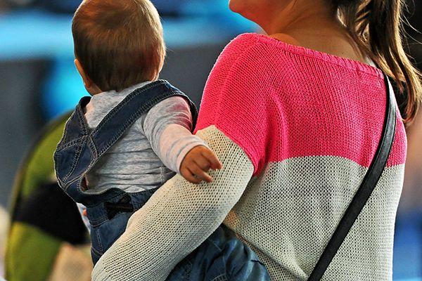 Opieka nad dzieckiem to wciąż domena matek, nie ojców