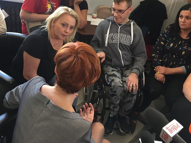 """Elżbieta Rafalska spotkała się z rodzicami niepełnosprawnych. """"Chcemy rozmawiać z Kaczyńskim i Morawieckim"""""""