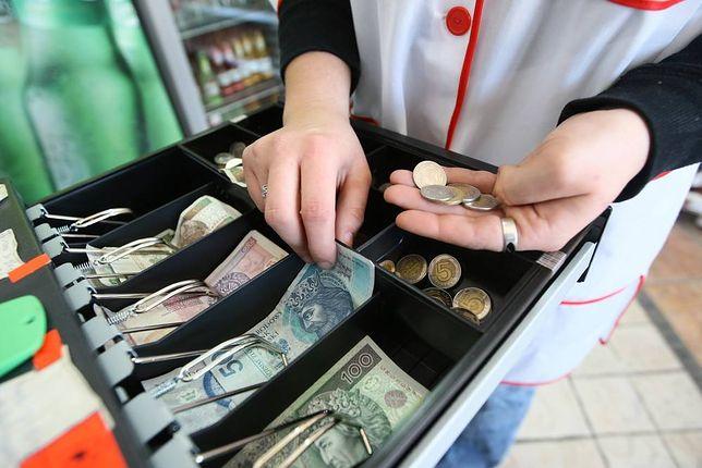 Małe sklepy i placówki usługowe często mają problem z wydawaniem reszty.