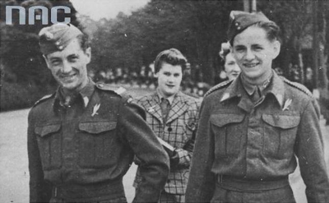 """Cichociemni w Wielkiej Brytanii, pchor. """"Topola"""" - Otton Wiszniewski (z lewej), pchor. """"Smyk"""" - Henryk Ostrowiński"""