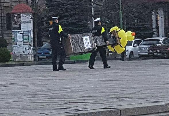 """Dmuchana kaczka w miejscu Pomnika Wdzięczności. Nietypowy posąg z Legnicy """"aresztowany"""" przez policję"""