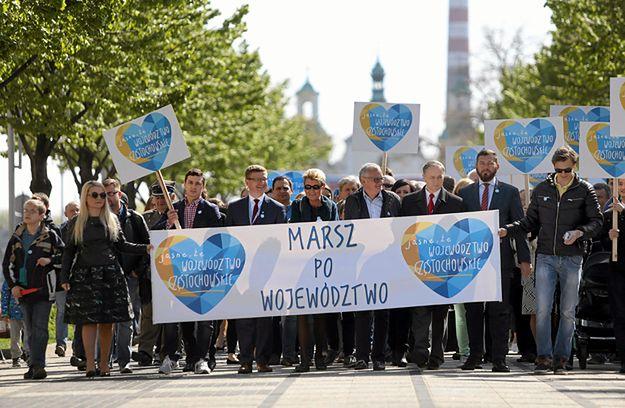 """Zwolennicy przywrócenia województwa częstochowskiego podczas marszu """"Jasne, że województwo częstochowskie"""" 1 maja 2016 r."""