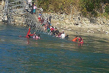 W Nepalu zerwał się most, kilkanaście osób nie żyje