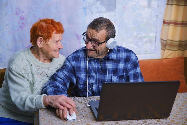 Znacznie przybywa seniorów robiących zakupy przez internet. 12 proc. tylko w tym roku