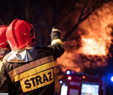 Głuchołazy. Pożar domu. Strażacy walczą z ogniem. Ewakuacja mieszkańców