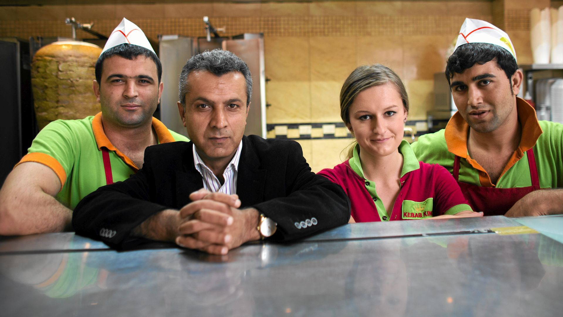 Mustafa Mohammad (drugi z lewej) z pracownikami sieci restauracji Kebab King / fot. Bartosz Bobkowski